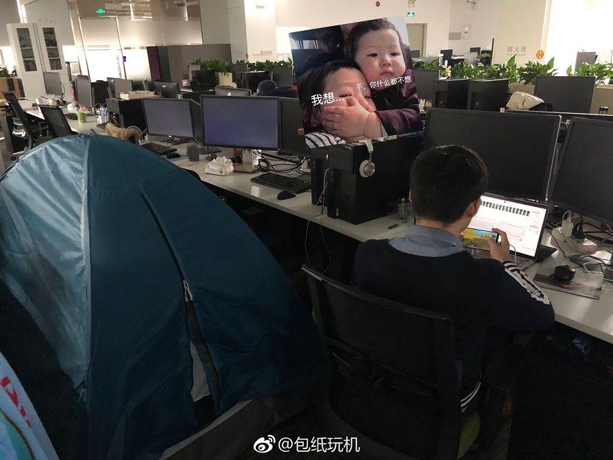 Meizu Note9の為に残業をしている様子が撮影される。テントがそばに、会社で宿泊?